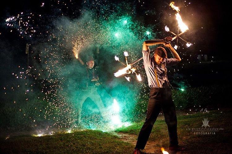 Niezapomniany pokaz tańca z ogniem
