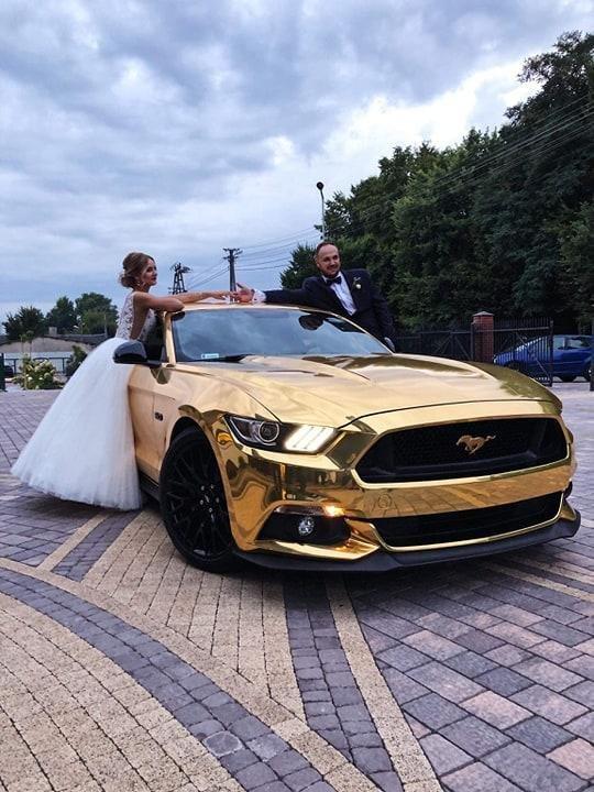Złote samochody do ślubu
