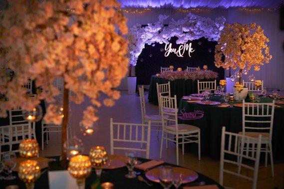 Kompleksowa dekoracja sal oraz kościołów , śluby w plenerze Dekoracje weselne Fabryka Ślubu- www.fabrykaslubu.pl