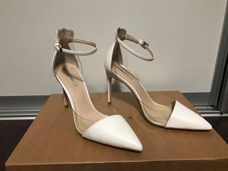 5f8496d5 Do sprzedania buty z Zara. -rozmiar 40 -wysokość obcasa 12 cm -kolor biały  z elementami przeźroczystymi(gumowe) -zapinane na kostce. Buty ubrane do  ślubu.