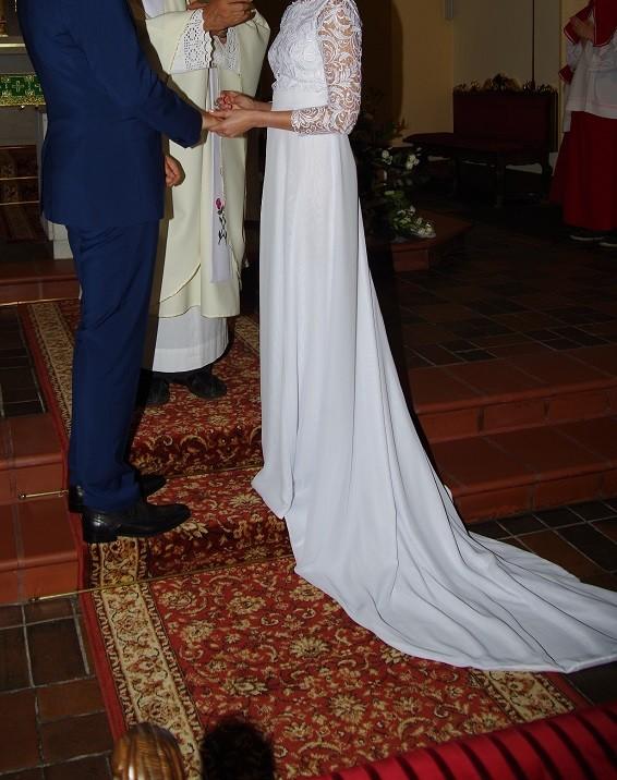 Suknia ślubna z trenem r. 34
