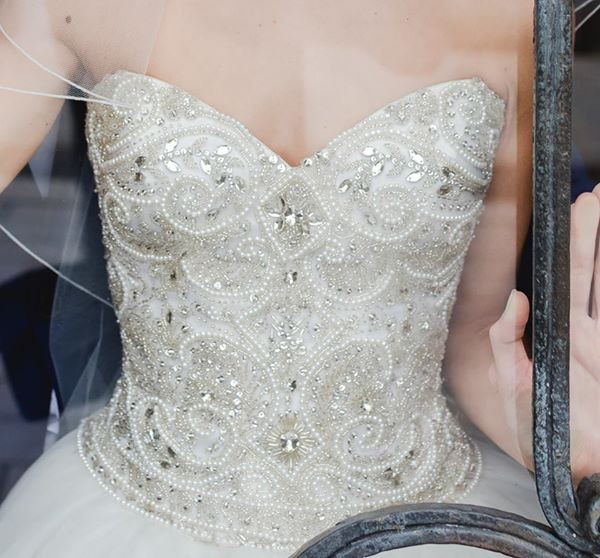 Suknia ślubna z bogato zdobionym gorsetem