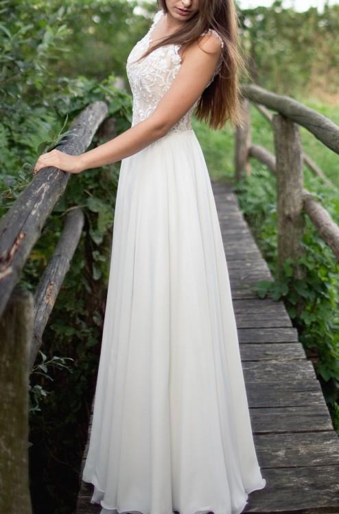 9c80d43ce8 Suknia jest bardzo lekka i zwiewna. Góra obszyta koronką z drobnymi  koralikami