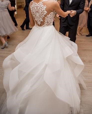 Suknia princessa z falbanami, koronka ze zdobieniami