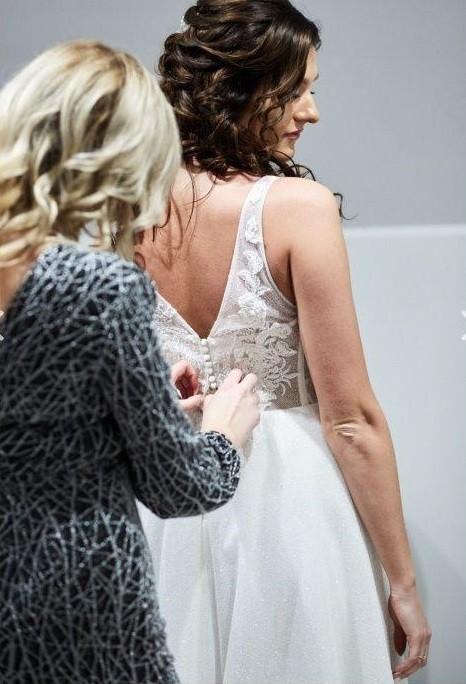Suknia ślubna śmietankowa cała błyszcząca