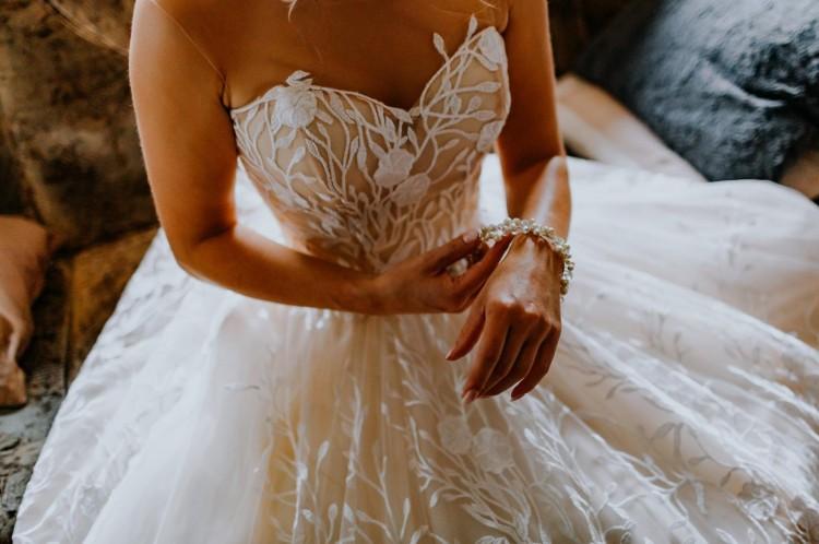 Suknia ślubna z odsłoniętymi plecami (roz.36)