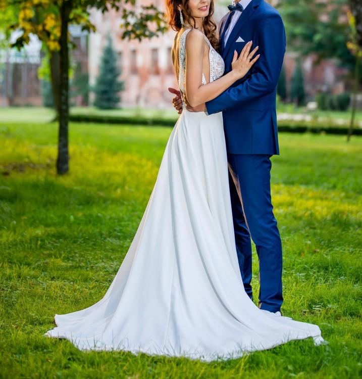 Śliczna suknia ślubna z trenem, welonem i butami