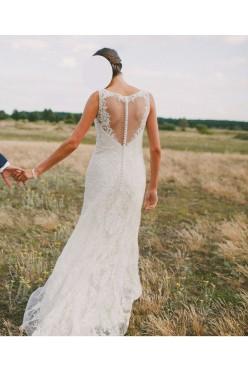 Koronkowa suknia ślubna podkreślająca sylwetkę.