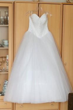 Śliczna suknia ślubna wysadzana kryształkami Svarowskiego