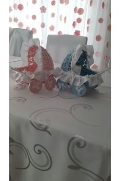 Dwa słodkie wózeczki z wikliny papierowej
