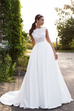 Delikatna koronkowa suknia ślubna