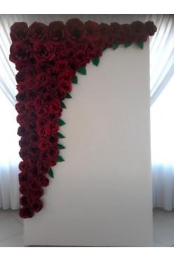 Dekoracyjna ścianka czerwone papierowe róże