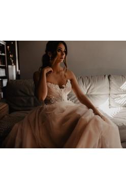 Romantyczna suknia ślubna w kolorze lekkiego różu