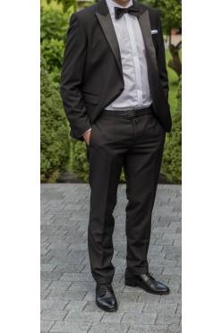 Czarny garnitur smokingowy