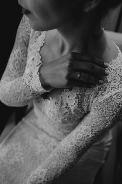 Koronkowa suknia z długim rękawem