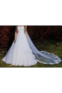 Urocza biała suknia ślubna zdobiona przepiękną koronką