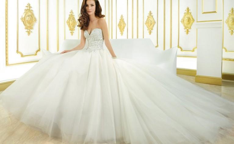 7718e0be84 Cosmobella Milano 2015 to prestiżowa i luksusowa kolekcja sukien ślubnych.