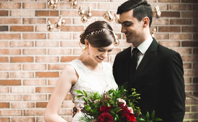Stylizowana sesja ślubna w kolorze złota i burgundu, Fotografia: WhiteBunny.pl