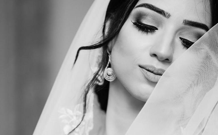 Jak profesjonalnie wykonturować twarz na ślub?