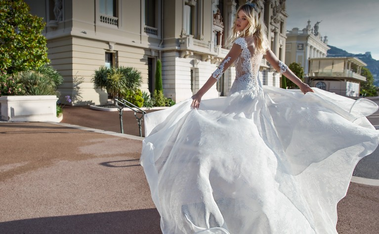 26 pięknych ślubnych sukni z detalami florystycznymi