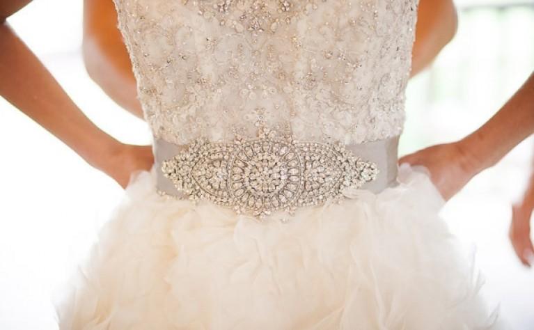 Suknia ślubna ze wstążką w pasie - kobiecy detal