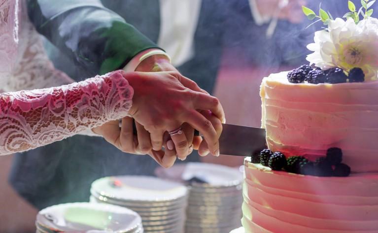 Ślubny trend: wiszący tort