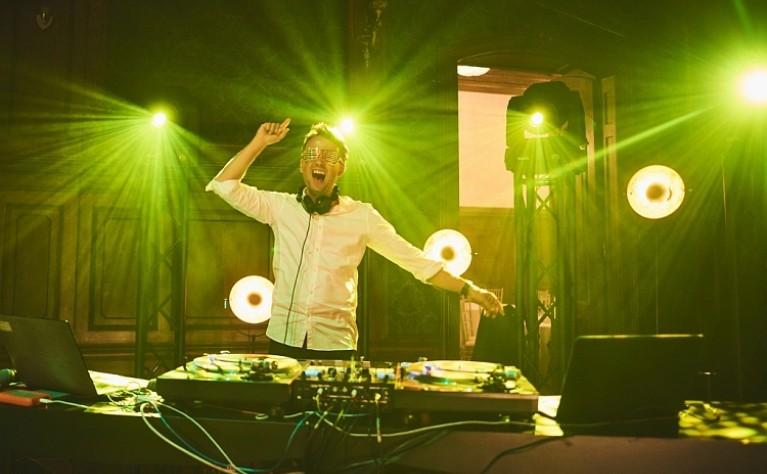 Kwestie do rozważenia przy wyborze DJ-a weselnego