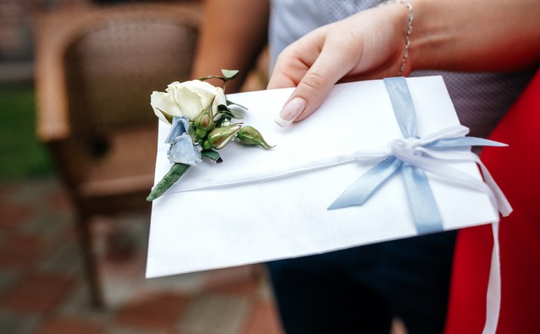 Zdrapki dla młodej pary – jak zapakować je na prezent?