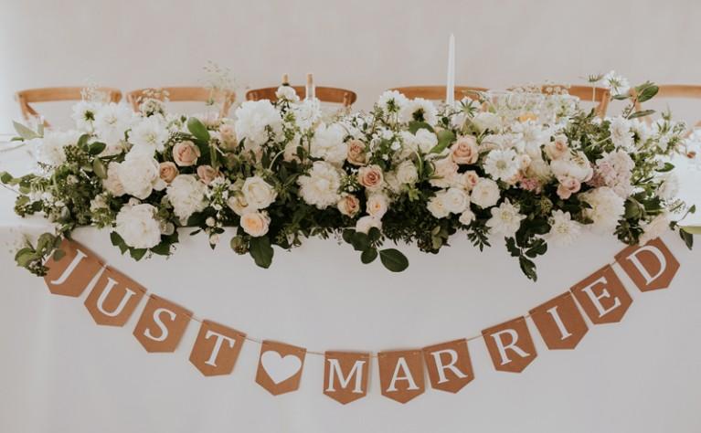 Jak  ustawić i udekorować stół pary młodej na weselu?