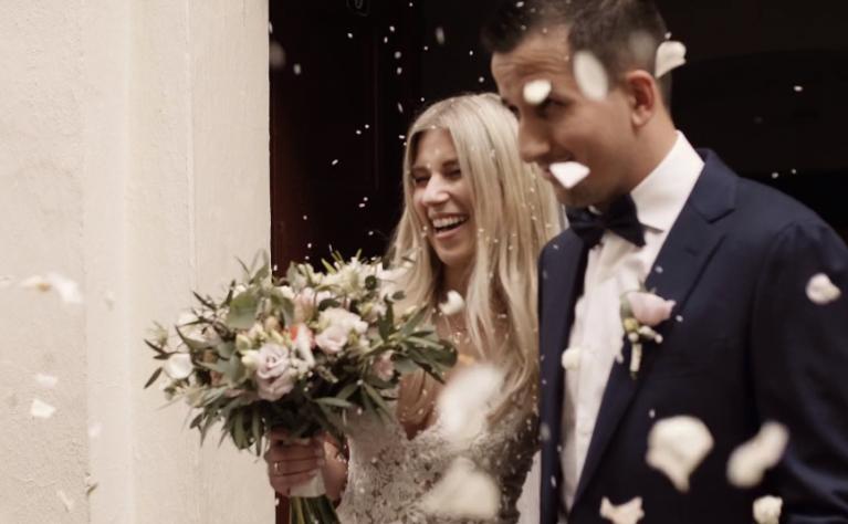 Wesele wśród zieleni na zamkowym dziedzińcu - klip od  Alpaka Wedding Videography