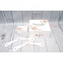 Zestaw: białe pudełko na kartki, obrączki i wieszaki ślubne