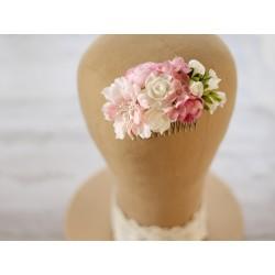Pudrowy róż i śmietankowy odcień beżu - ozdoba ślubna