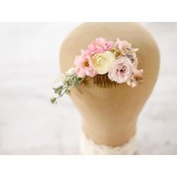 Ozdoba ślubna z kwiatów w pudrowych kolorach
