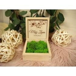 drewniane pudełko na obrączki z naturalnym mchem