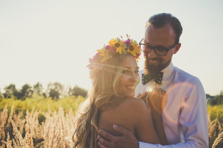 Łąka, ciepłe światło i zakochani nowożeńcy