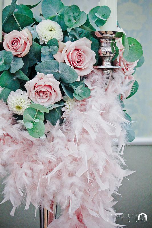 pudrowy roz dekoracje wesele slub suknia dodatki piora