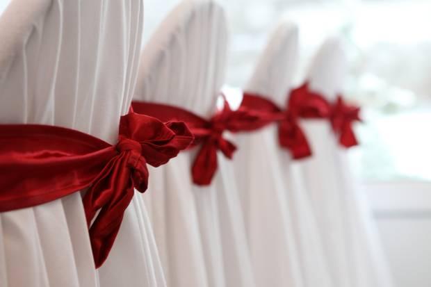 czerwone kokrardy dekoracje krzesel wesele