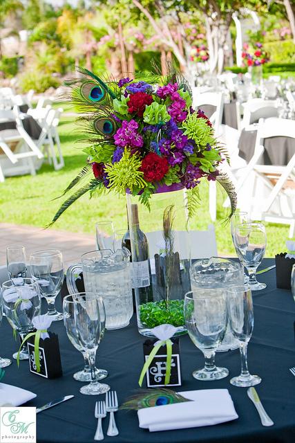 pawie pioro dekoracje weselnych stolow bukiety