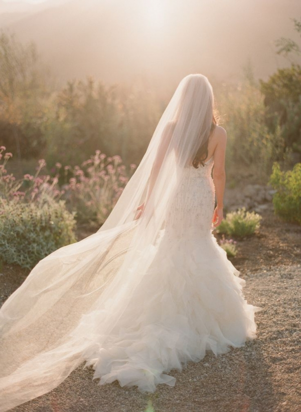 8401ad7ae887 Długie welony świetnie współgrają ze smukłymi sukniami-syrenami. Długi  prosty welon optycznie wydłuża sylwetkę.