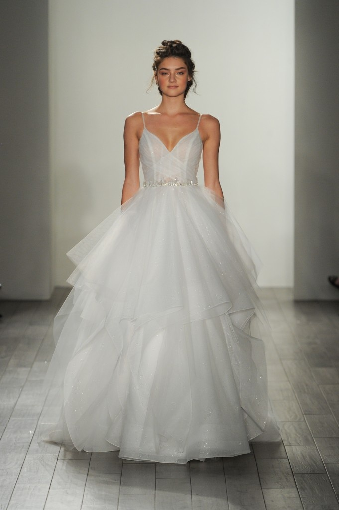 b95acdb90a Mierząc suknię z falbanami zawsze dokładnie zobaczmy się w lustrze ze  wszystkich stron sprawdzając