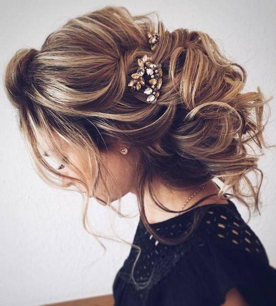 a7681e7ea0 Jak dobrać fryzurę ślubną do okrągłej twarzy panny młodej