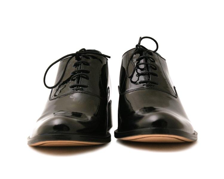 fa334408b602c Jeśli zamierzasz wystąpić w smokingu najlepszym wyborem będą czarne  lakierowane buty typu oksford.