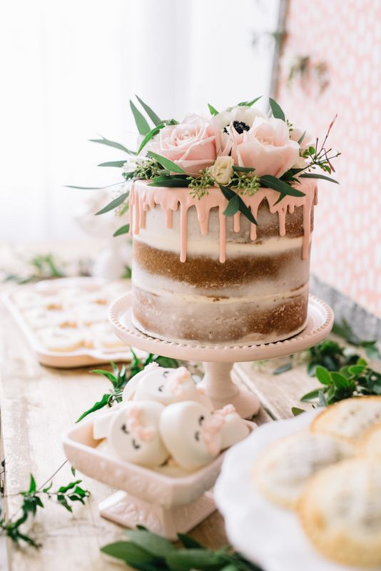 eating wedding cake on 1 year anniversary cukierniczy hit sezonu ślubnego torty z polewą 13877
