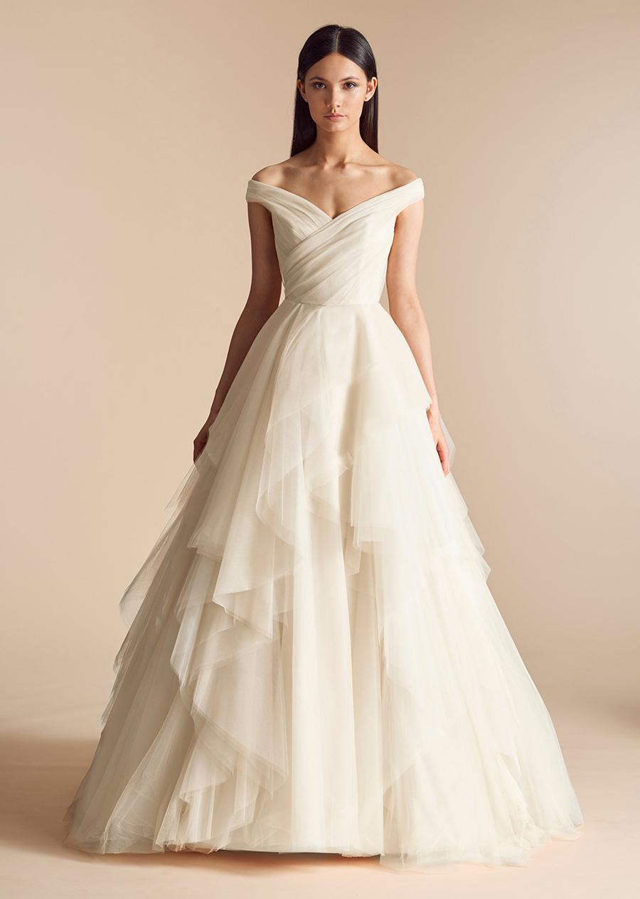 60e76cc944 Minimalistyczna sukienka ślubna z opadającymi ramiączkami slubnaglowie.pl